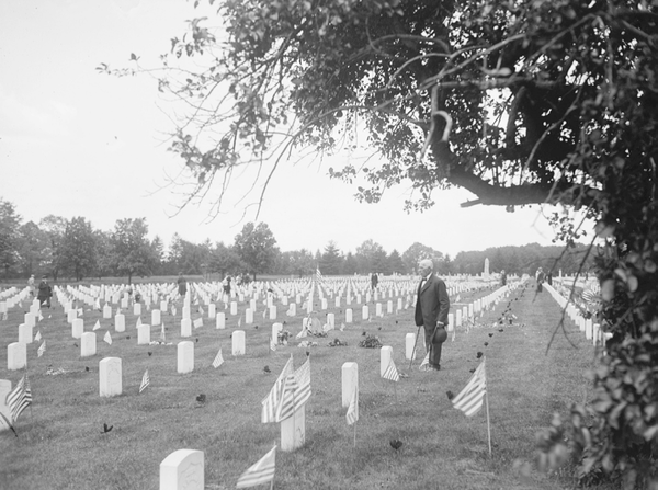 An early-20th century image of Arlington National Cemetery.