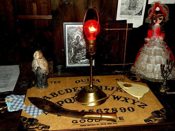 Paranormal artifacts at the Warrens Occult Museum. Image by 826 Paranormal [CC BY 2.0], via Flickr.